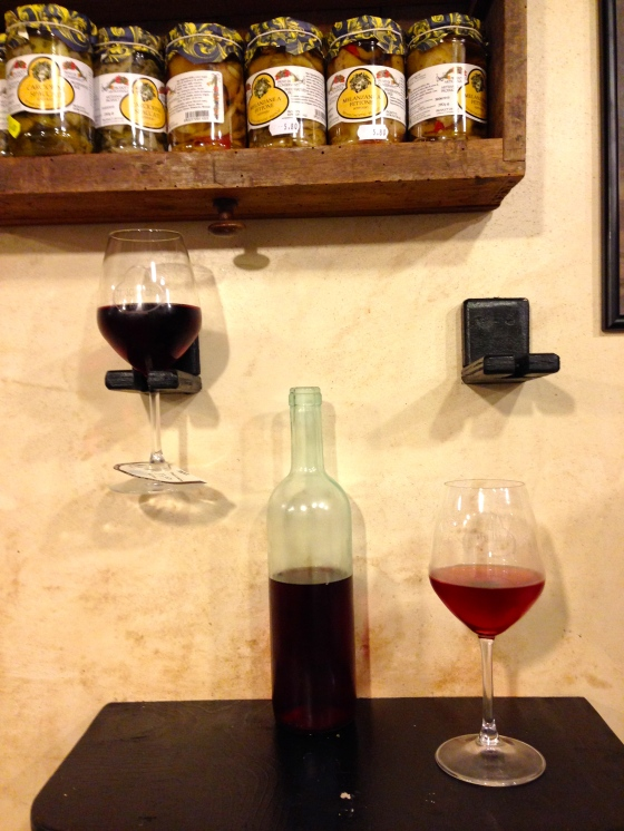 We ordered a bottle of wine and… Pedimos uma garrafa de vinho e...