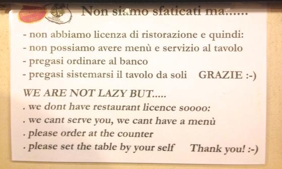 Coisas da Itália : como eles não tem licença de restaurante você tem que fazer o pedido no balcão.