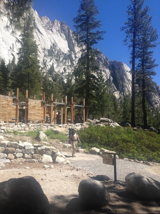 There are more than 800 miles of marked trials for hiking. Existem mais de 1.300 km de trilhas para caminhadas.