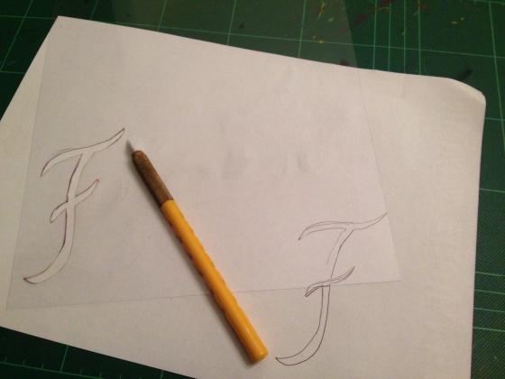 I draw the letter and cut it to make my own stencil. Desenhei e cortei a letra para fazer meu próprio stencil