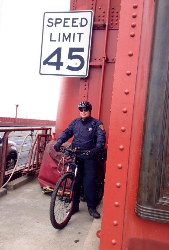 Policial de bicicleta na ponte