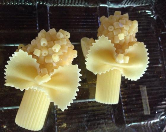 One of the pasta curls on the top will be used to hang the angel. Uma das pastas no topo dos cabelos servirá para pendurar o anjinho