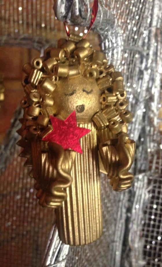 You angel is reedy to hang on your Christmas tree ! O anjinho está pronta para a árvore de Natal !