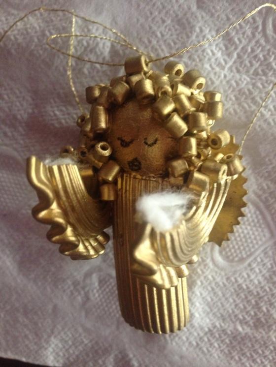 Put a little bit of cotton inside the angel's arm and glue the tree, star or candle Coloque um pouquinho de algodão dentro do bracinho do anjo e cole a estrela, árvore ou vela
