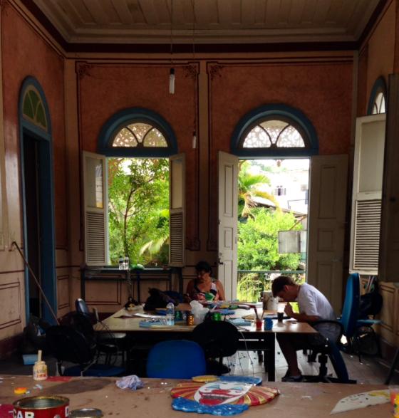 Preparing street decorations… Preparando as decoraçōes de rua...